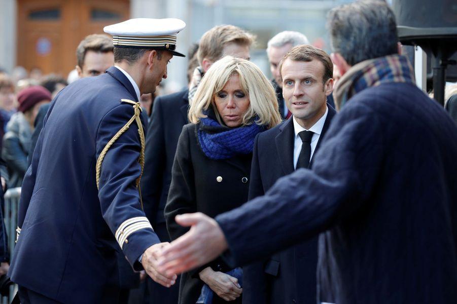 Emmanuel et Brigitte Macron àla mairie du XIe arrondissement pour unhommage aux victimes du 13 novembre 2015.