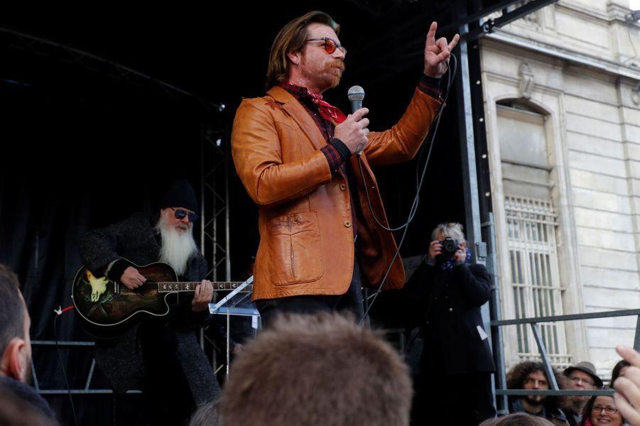 Le chanteur Jesse Hughes, leaderdes Eagles of Death Metal, lors d'un mini-concert surprise devant la mairie du XIe arrondissement pour un hommage aux victimes du 13 novembre.