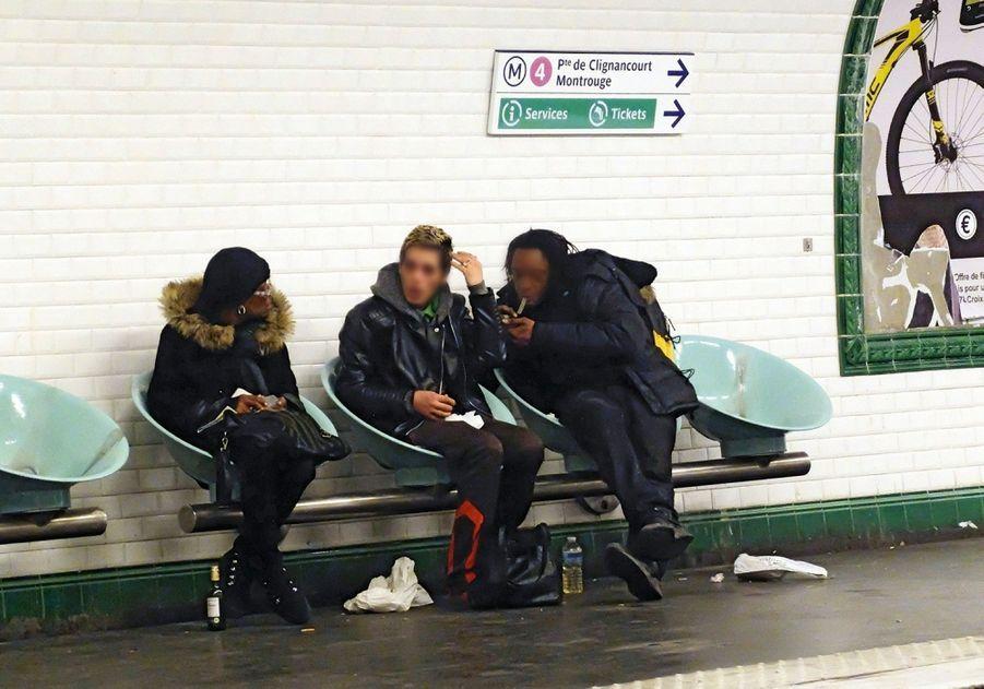 Quand les crackeurs se regroupent, les usagers du métro se réfugient à l'autre bout du quai.