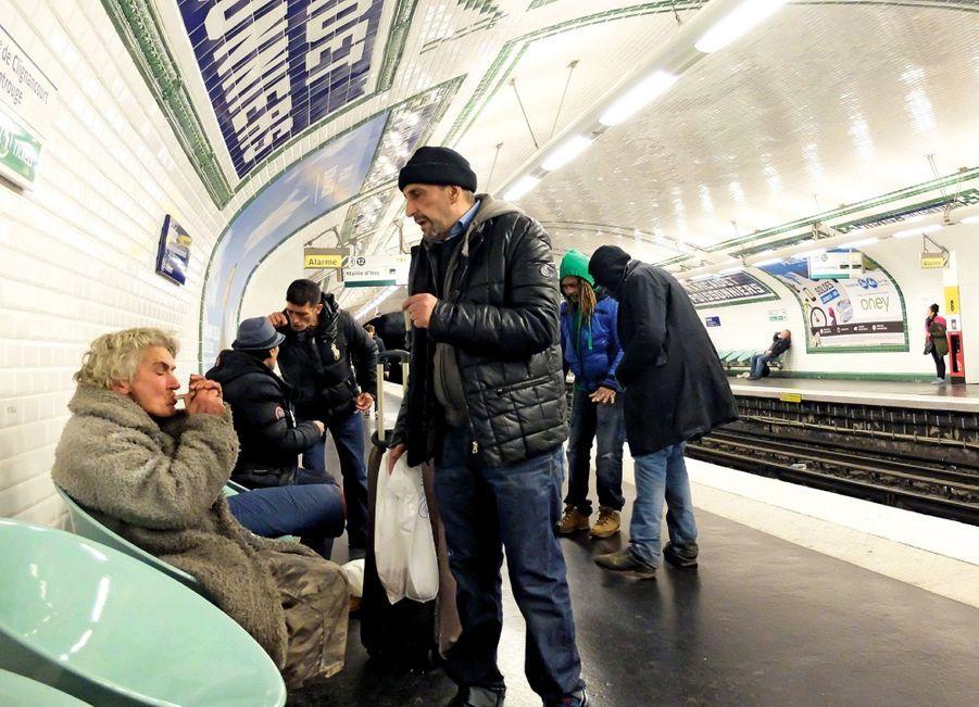 « Drogue du pauvre », le crack a été introduit en France dans les années 1980. Il est si dangereux que même les drogués s'en méfient. Une prise suffit à rendre dépendant, et il n'existe pas de substitut. En quelques semaines, l'accro voit sa vie s'effondrer.