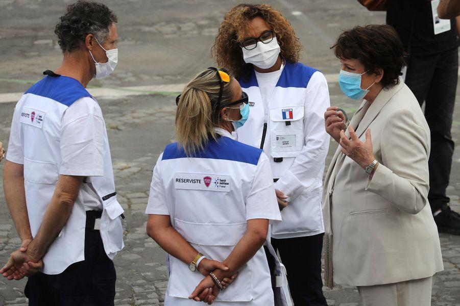 Roselyne Bachelot s'entretient avec des soignants invités pour le défilé du 14-Juillet.