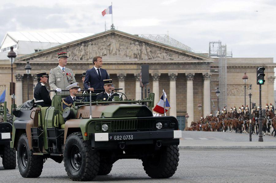 Emmanuel Macron passe en revue les troupes lors du défilé du 14-Juillet.