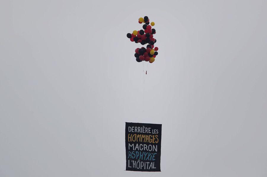 Des revendications sociales dans le ciel de Paris à l'occasion du 14-Juillet.
