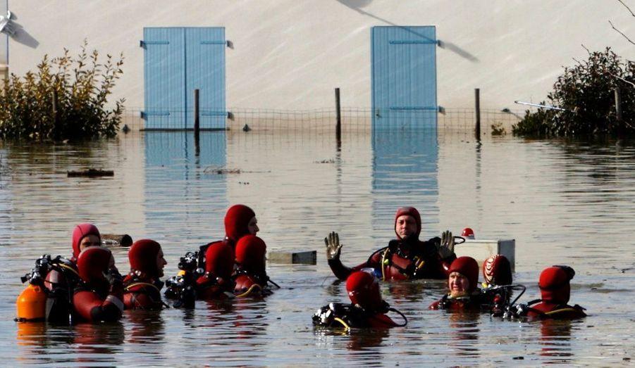 Des plongeurs pour visiter chaque maison