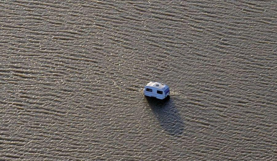 Une caravane perdue au milieu des flots
