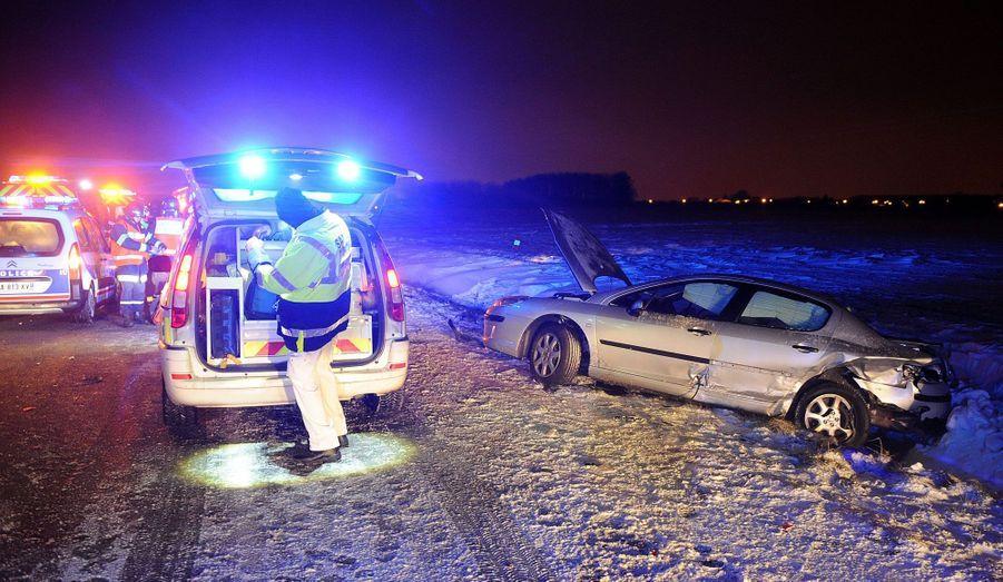 La moitié nord de la France est en partie paralysée par la neige et le froid ce mardi. Les intempéries ont causé des accidents et bloqué les routes. Sur l'autoroute A27, près de Lille, à hauteur de Baisieux, un accident s'est produit lundi soir vers 20h30, selon «La Voix du Nord». Deux véhicules se sont retrouvés dans le fossé et les pompiers qui intervenaient sur les lieux ont été percutés à leur tour. Deux d'entre eux sont assez grièvement blessés. En tout, 14 personnes ont été blessées.