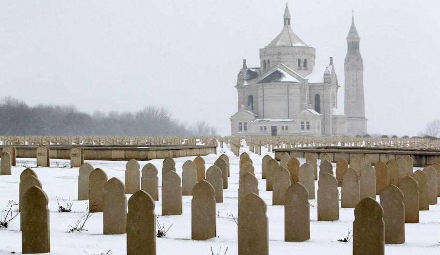 Environ 45 000 combattants de la Grande guerre reposent dans la nécropole Notre-Dame-de-Lorette d'Ablain-Saint-Nazaire, dans le Pas-de-Calais. Lundi, l'endroit a été recouvert de neige.