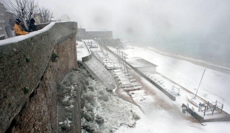 A Saint-Malo, en Ille-et-Vilaine la neige tombe depuis lundi après-midi.