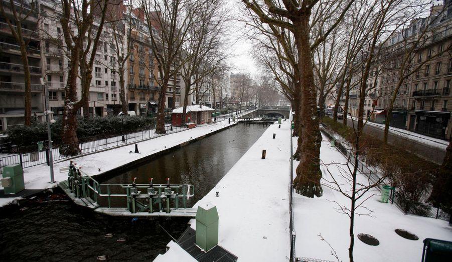 Paris s'est réveillé sous la neige, mardi, comme ici au bord du canal Saint-Martin.