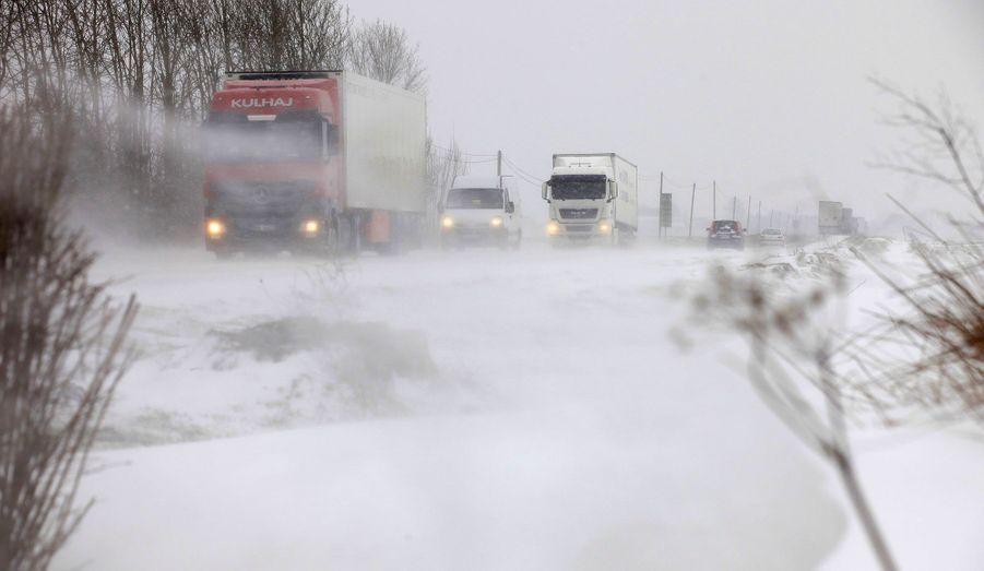 Sur une route près de Vicogne, dans la Somme, lundi. Le trafic routier a été considérablement perturbé et plusieurs centaines d'automobilistes se sont retrouvés coincés en Normandie et dans le Pas-de-Calais, notamment.
