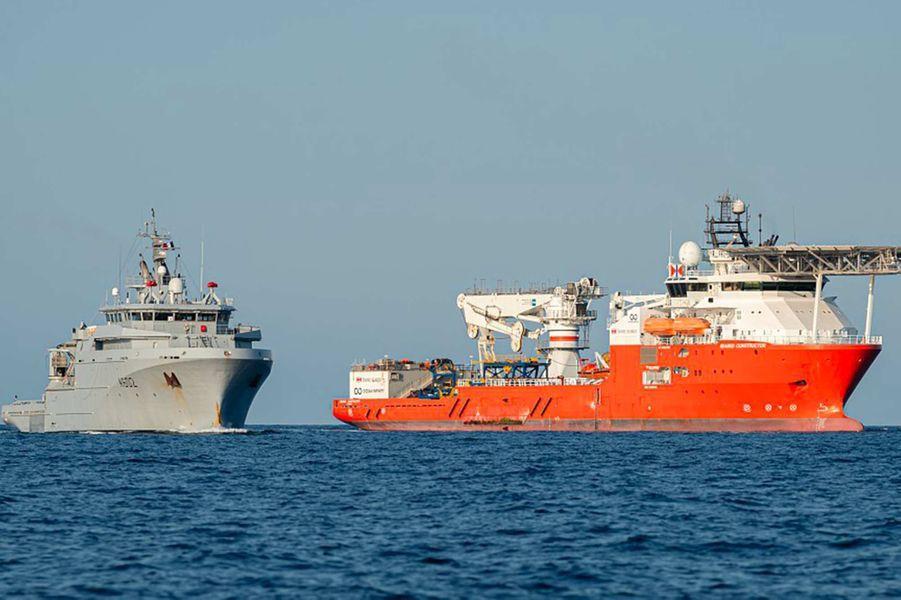 """«Après la mise en œuvre du drone sous-marin AsterX de l'Ifremer depuis l'Antea, navire de recherche pluridisciplinaire de l'Institut de Recherche pour le Développement (IRD), la seconde phase de la campagne de recherche du sous-marin La Minerve, disparu le 27 janvier 1968 au large de Toulon, se poursuit. À partir du 17 juillet 2019, c'est au tour de la société américaine """"Ocean Infinity"""", spécialisée dans la recherche sous-marine, de poursuivre les recherches à bord du """"Seabed Constructor"""", navire battant pavillon norvégien. A son bord, des représentants de la Marine nationale ainsi que du Service Hydrographique et Océanographique de la Marine (SHOM) coordonnent les opérations de recherches, en lien avec la préfecture maritime de Méditerranée (CECMED). À bord du navire spécialisé, """"Ocean Infinity"""" peut mettre en oeuvre 6 robots sous-marins autonomes AUV (Autonomous Underwater Vehicle) pour la détection, et 2 véhicules sous-marins téléguidés ROV (Remotely Operated underwater Vehicle) pour l'identification. Àl'image, le bâtiment de soutien et d'assistance métropolitain (BSAM) """"Loire"""" et le """"Seabed Constructor"""".»"""