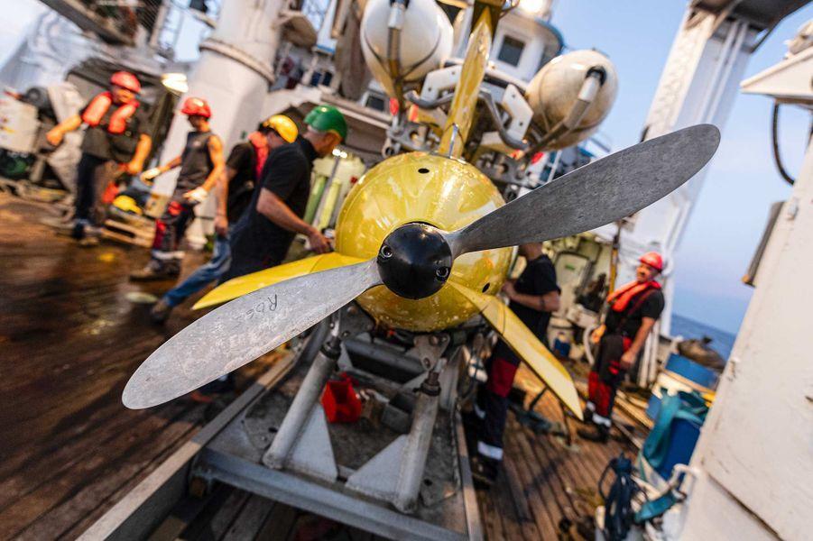 «Seconde phase de la nouvelle campagne de recherche du sous-marin La Minerve, disparu le 27 janvier 1968 au large de Toulon. Du 3 au 13 juillet 2019, l'Antea, navire de recherche pluridisciplinaire de l'Institut de Recherche pour le Développement (IRD), met en œuvre un drone sous-marin AsterX de l'IFREMER chargé de rechercher des anomalies sur le fond marin, à environ 2300 mètres sous la surface de l'eau.Àl'image, récupération du drone AsterX à bord de l'Antea.»