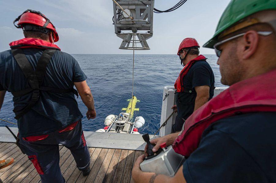 «Seconde phase de la nouvelle campagne de recherche du sous-marin La Minerve, disparu le 27 janvier 1968 au large de Toulon. Du 3 au 13 juillet 2019, l'Antea, navire de recherche pluridisciplinaire de l'Institut de Recherche pour le Développement (IRD), met en œuvre un drone sous-marin AsterX de l'IFREMER chargé de rechercher des anomalies sur le fond marin, à environ 2300 mètres sous la surface de l'eau.Àl'image, mise à l'eau du drone AsterX.»