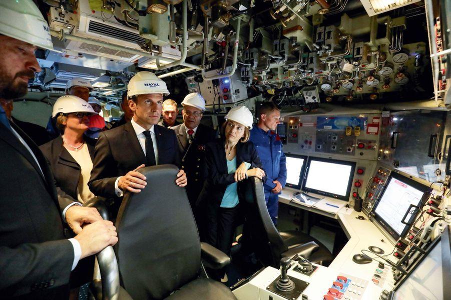 Dans le cœur opérationnel, le 12 juillet. Le président et la ministre des Armées, Florence Parly, devant le poste central navigation-opérations.