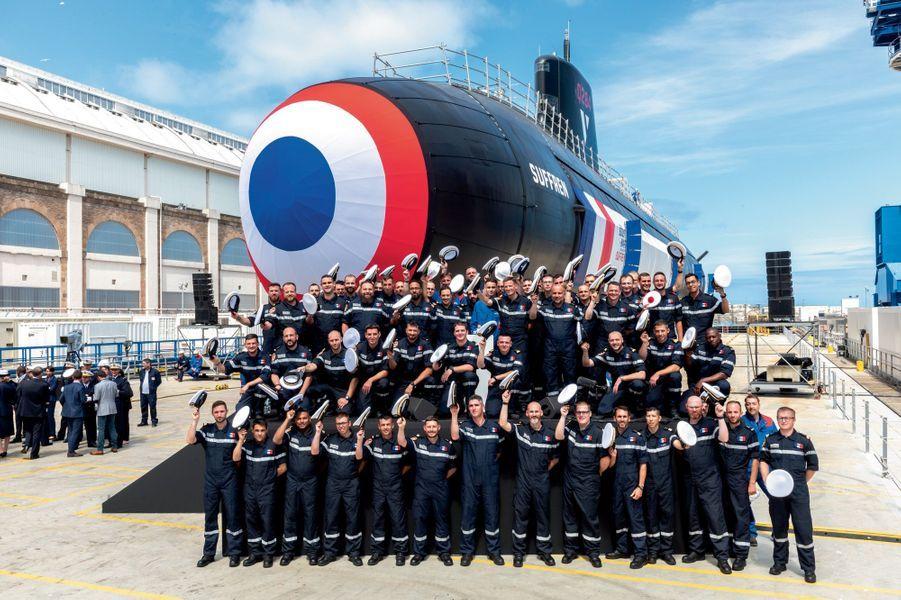 L'équipage d'armement du « Suffren » et des membres du personnel du constructeur Naval Group, lors de son lancement à Cherbourg, le 12 juillet