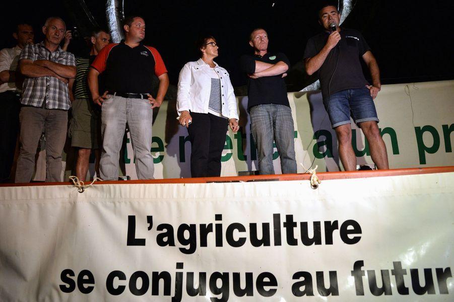 Les agriculteurs en colère mettent la pression à Lactalis