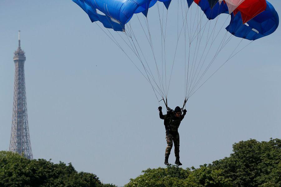 Un parachutiste atterrit devant la tribune présidentielle