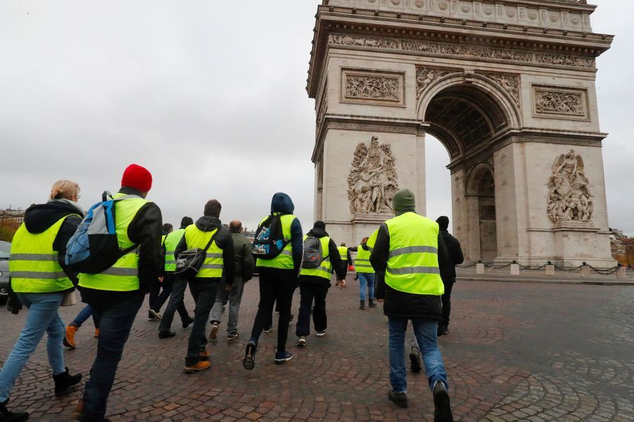 Des gilets jaunes convergent sur la place de l'Etoile à Paris, samedi.
