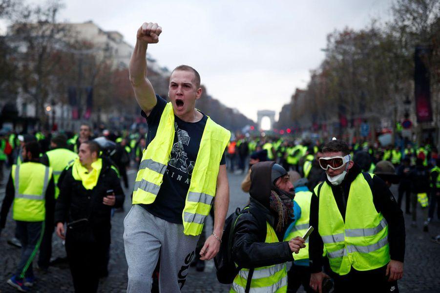 Des gilets jaunes sur les Champs-Elysées samedi.