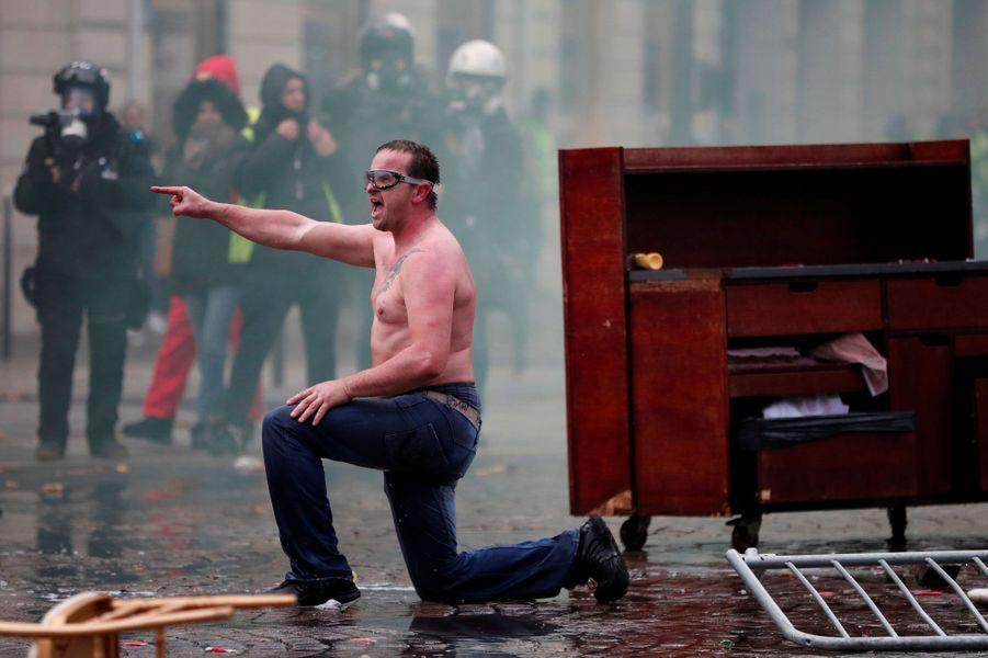 Un manifestant samedi sur les Champs-Elysées.