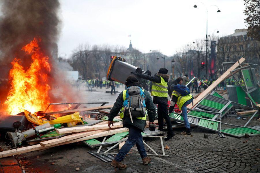 Une barricade de gilets jaunes samedi après-midi sur les Champs-Elysées.