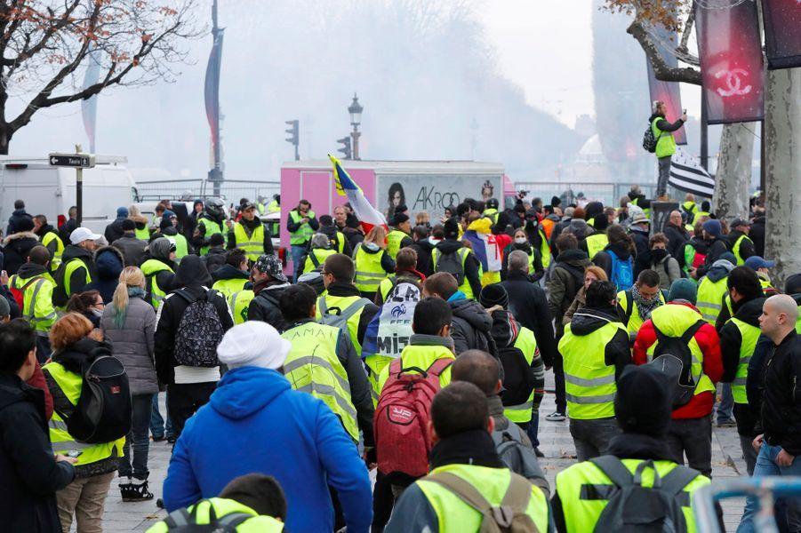 Des gilets jaunes sur les Champs-Elysées à Paris, samedi.