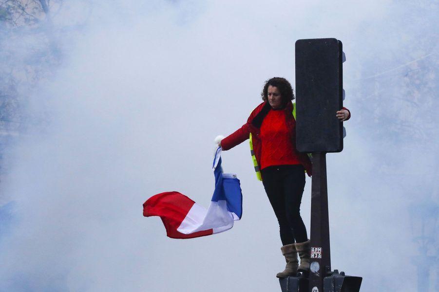 Une manifestante sur les Champs-Elysées, samedi matin.