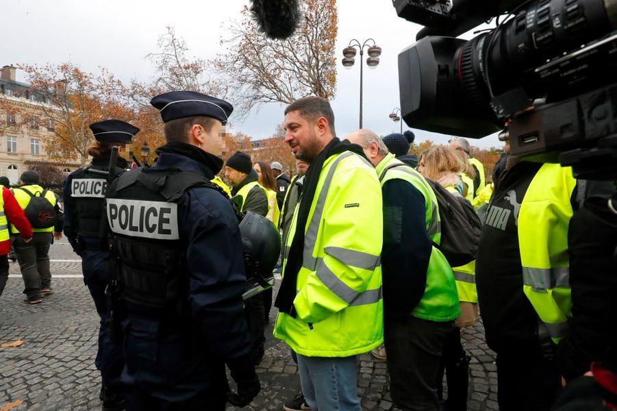 Des manifestants échangent avec les policiers sur les Champs-Elysées, samedi.