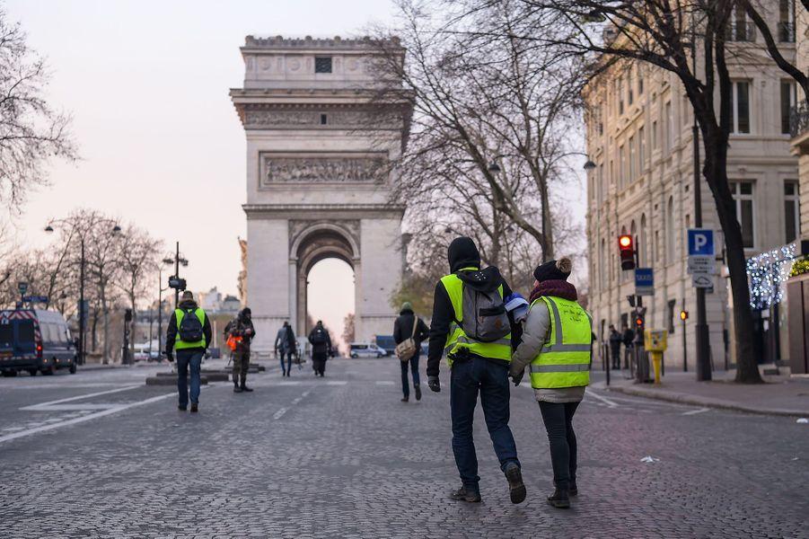 Des «gilets jaunes» près de l'Arc de Triomphe, samedi matin.