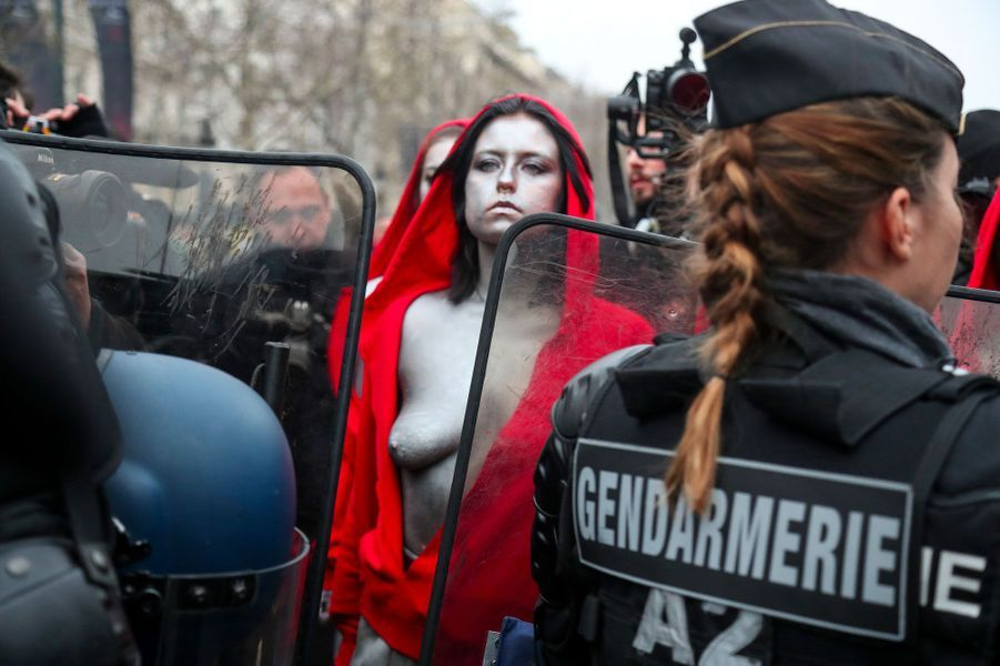 Des Marianne face aux gendarmes, samedi aux Champs-Elysées.