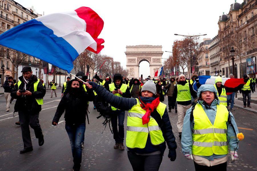 Des «gilets jaunes» sur les Champs-Elysées, samedi matin.