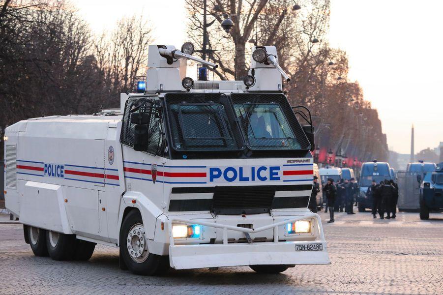 Un camion anti-émeute samedi matin sur les Champs-Elysées.