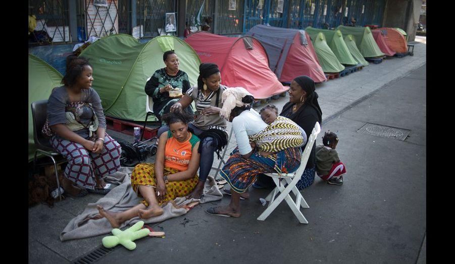 Séance coiffure et détente pour les femmes du camp. Pour «rester coquette et oublier que l'on dort dehors».