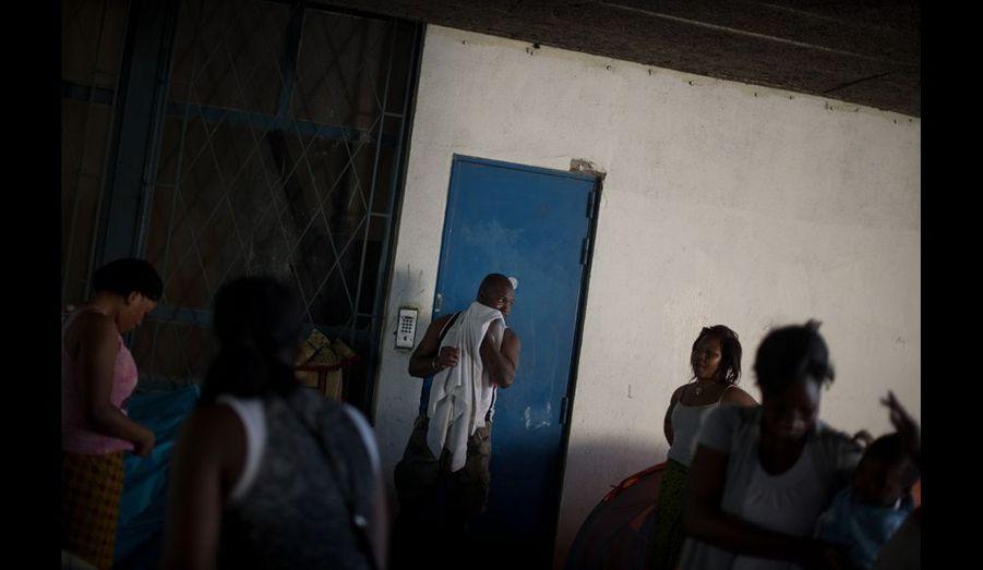 Etre propre, le premier défi de la journée. Avec de simples lingettes pour les hommes. Avec des douches au centre maternel infantile pour les femmes et les enfants.