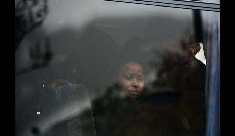 Les squatteurs sont emmenés dans des bus. Les papiers sont contrôlés. Certains iront à l'hôtel, les autres doivent trouver un logement pour dormir cette nuit. Un retour volontaire est proposé aux personnes en situation irrégulière.