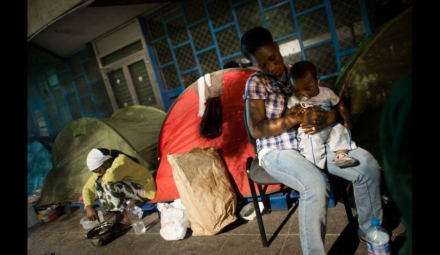 Le soir sur le camp. Quelques minutes avant que Kader, 6 mois s'endorme. Il est né le 15 avril dernier.