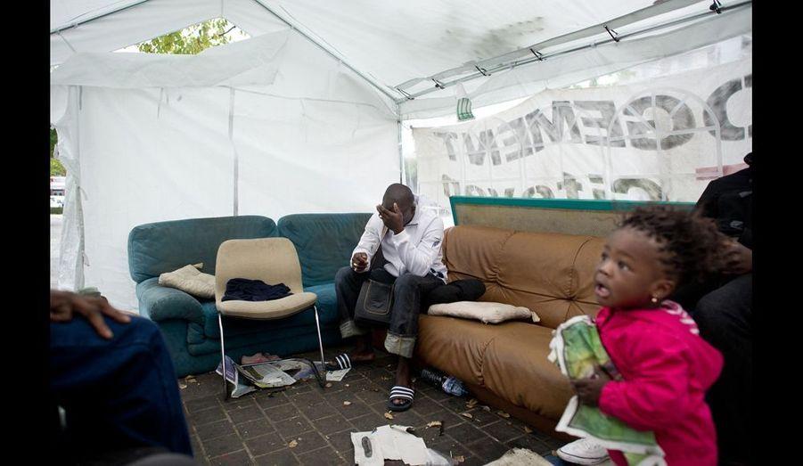 Dans la tente commune, on attend avec angoisse la décision du tribunal.