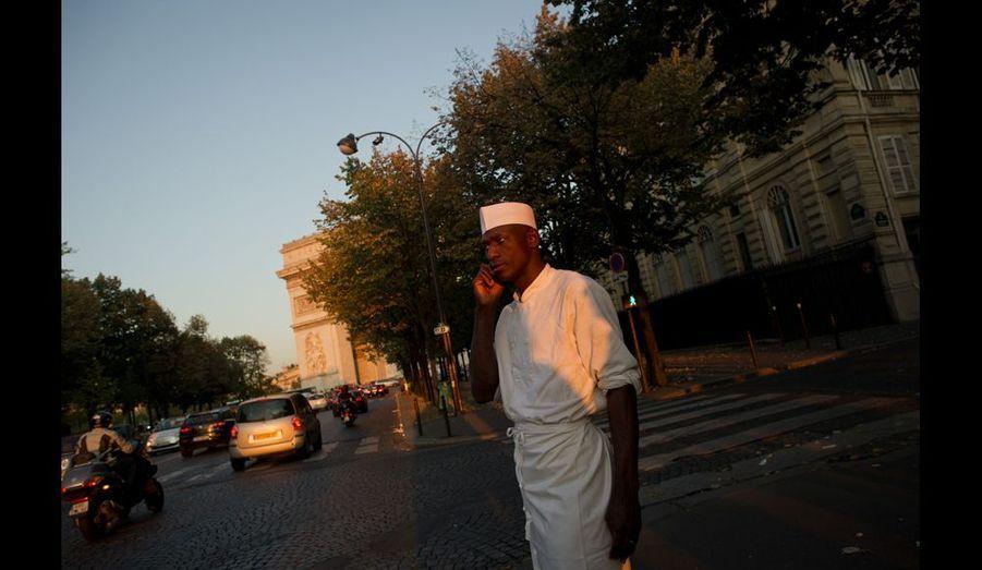 Aboubakar pendant une pause sur son lieu de travail.