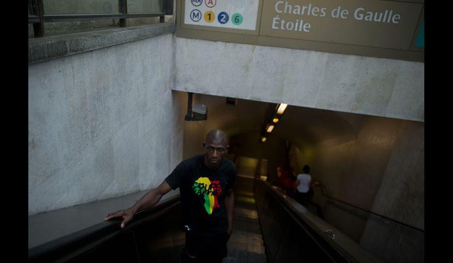 AbouBakar, porte-parole de la communauté, travaille comme 3e cuisinier dans une grand restaurant parisien sur les Champs-Elysées.