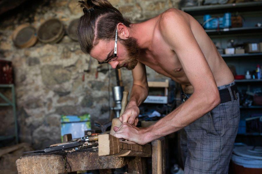 A la ferme collective de Flaceleyre, Edouard fabrique un châssis pour sa future roulotte.