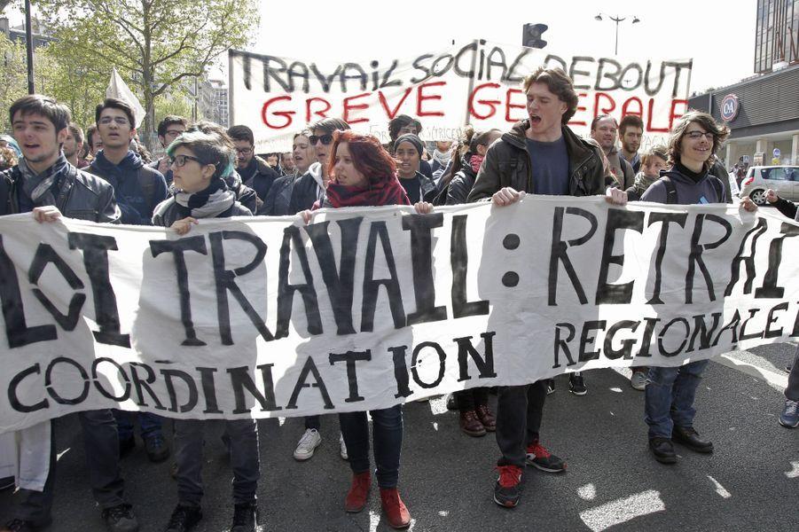 Les opposants à la loi Travail une nouvelle fois dans la rue pour alerter les députés à Paris, le 3 mai 2016.