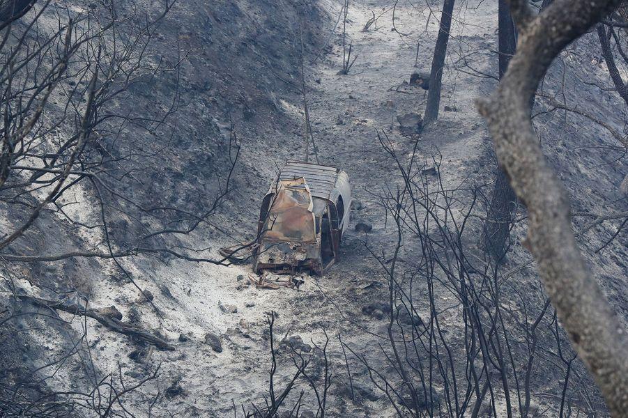 Une voiture en cendres à Carros