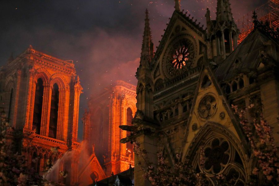 Près de 500 pompiers étaient déployés pour éteindre les flammes qui ont, en partie, détruit la cathédrale de Paris lundi.