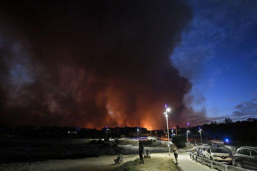 Quelque 1 800 soldats du feu luttent toujours contre ce feu qui s'est déclaré mardi en fin d'après-midi sur la commune de Martigues, à l'ouest deMarseille