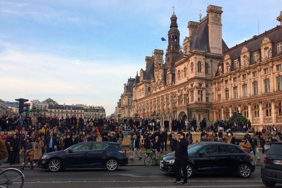 Spectateurs attristés devant la cathédrale Notre-Dame de Paris en flammes, le 15 avril 2019.