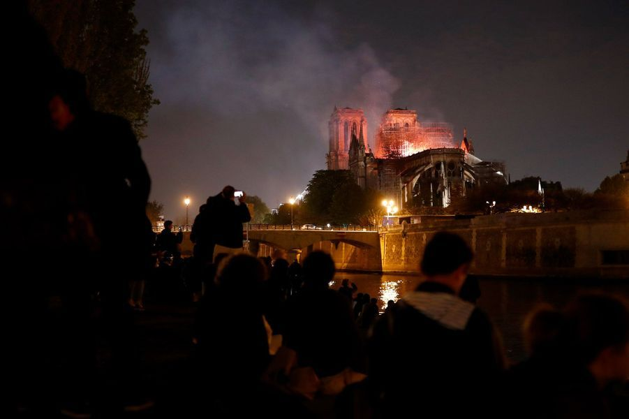 Notre-Dame de Paris brûle dans la nuit, lundi soir.