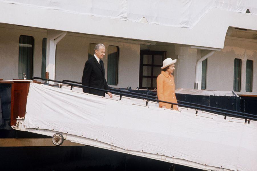 Liliane et André Bettencourt sur le Queen Elizabeth II, à Rouen, le 19 mai 1972.