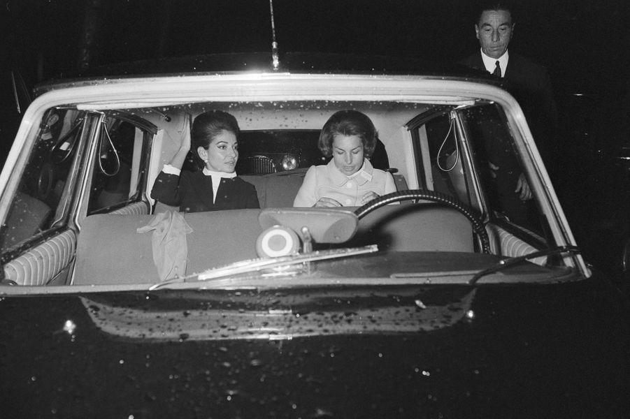 La diva Maria Callas avec Lilianne Bettencourt arrivent à une réunion pour la recherche médicale à l'UNESCo à Paris le 11 octobre 1968.