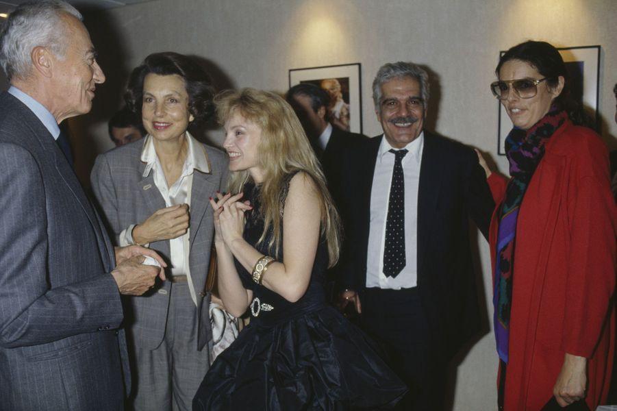 """André Bettencourt, Liliane Bettencourt, leur filleFrançoise Bettencourt-Meyers accompagnés de la comédienne Arielle Dombasle et Omar Sharif à la première du film """"Les Pyramides bleues""""."""