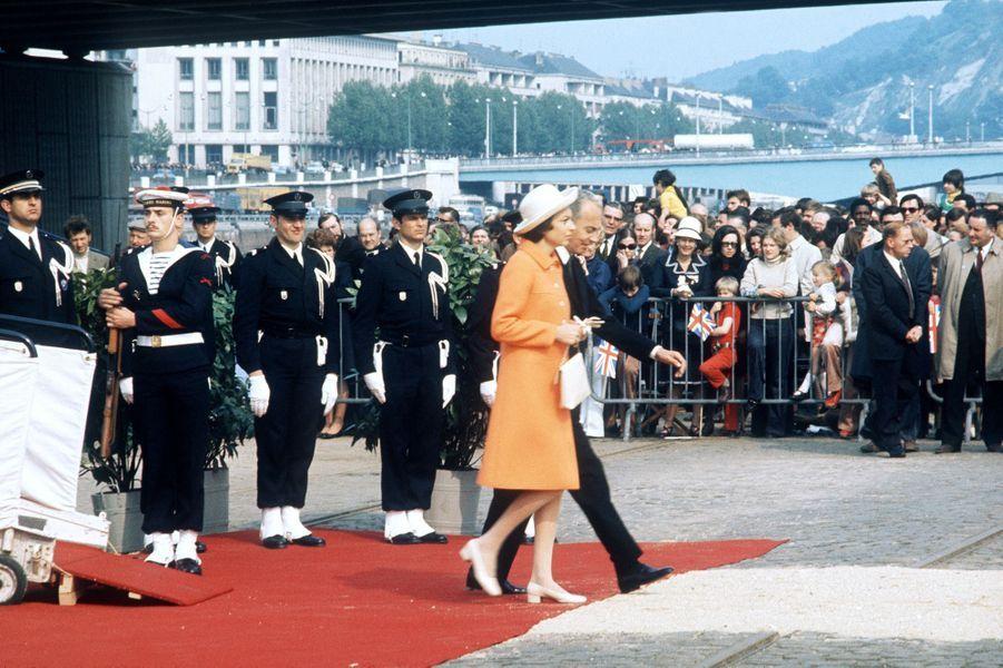Liliane et André Bettencourt s'apprêtent à monter sur le Queen Elizabeth II, à Rouen, le 19 mai 1972.